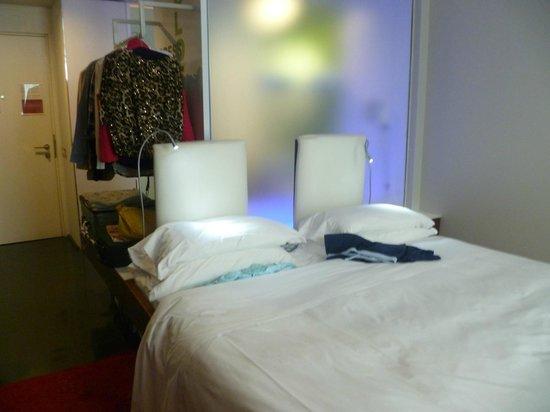 Radisson Blu es. Hotel, Roma: Behind the opaque screen is the bath