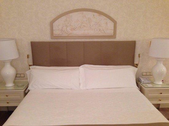 Hotel Atlantico: Huge bed