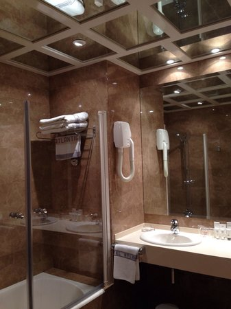 Hotel Atlantico: Large bathroom, mirrored ceiling and separate loo