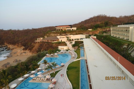 Secrets Huatulco Resort & Spa : Beautiful how its built into side of mountain