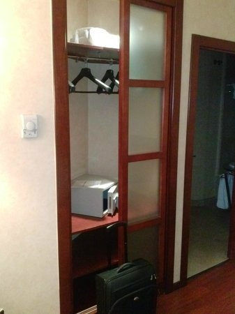 Hotel Arosa : Miniarmario, para 4 ó 5 prendas