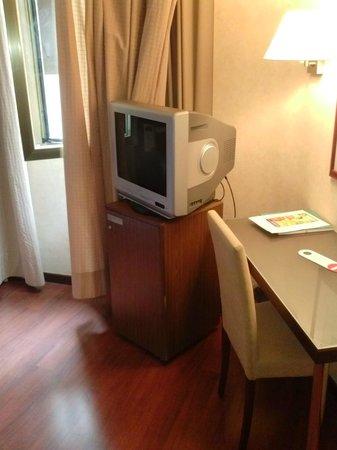 Hotel Arosa : Televisor de antes de la reforma. Minibar también.