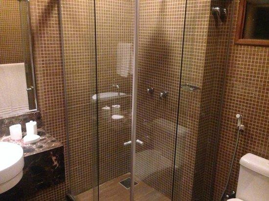 Carmel Charme Resort: banheiro espaçoso