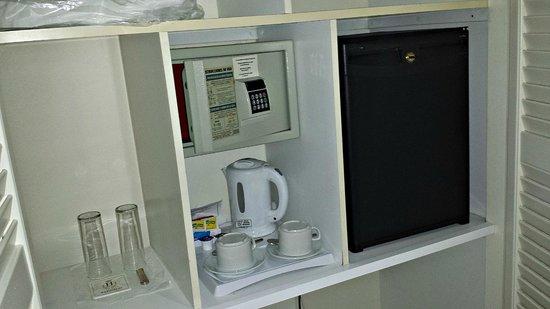 Hotel Duque de Najera: Caja fuerte, frigorífico y cafetera