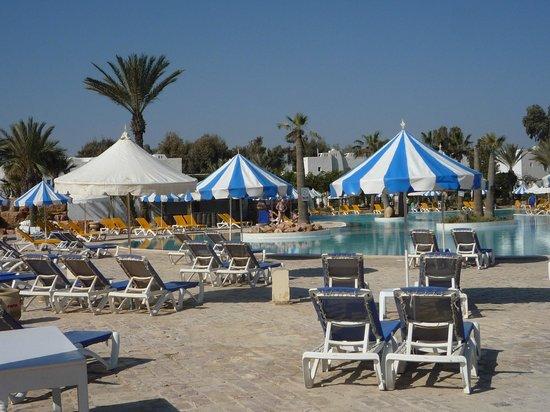 Winzrik Resort & Thalasso Djerba : transats et parasols et soleil......