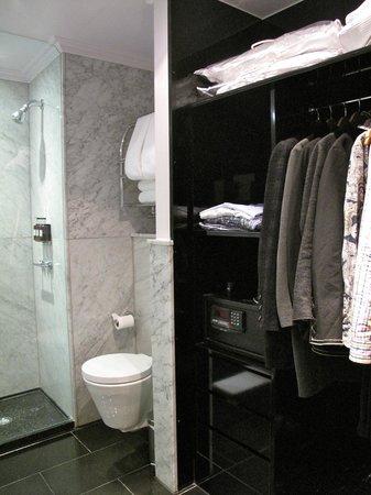 The May Fair Hotel: bathroom/ closet