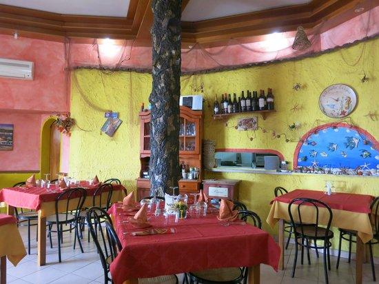 Ristorante Pizzeria Calypso : A tree in the middle of the restaurant