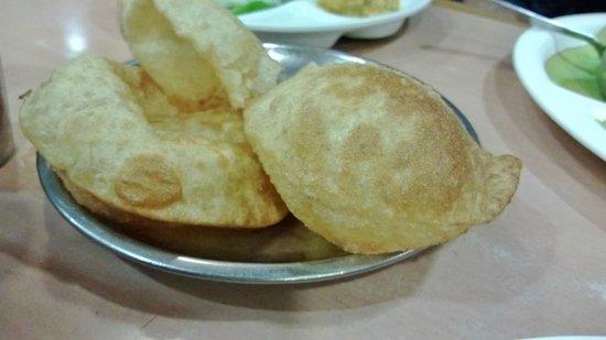 Saravana Bhavan: Puris