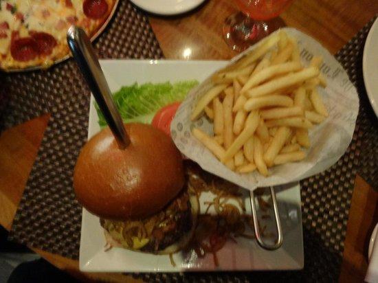 Cooper's Tavern: Skyscraper burger
