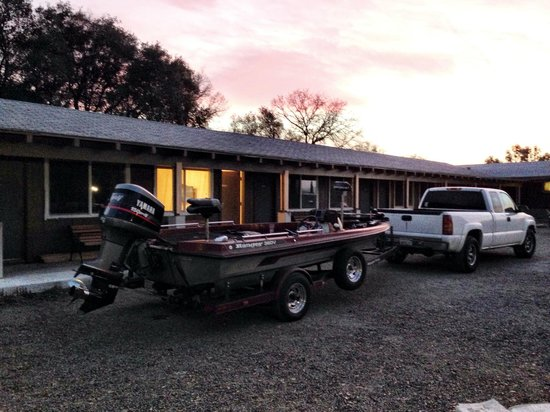 Yosemite Gold Country Lodge : The parking lot