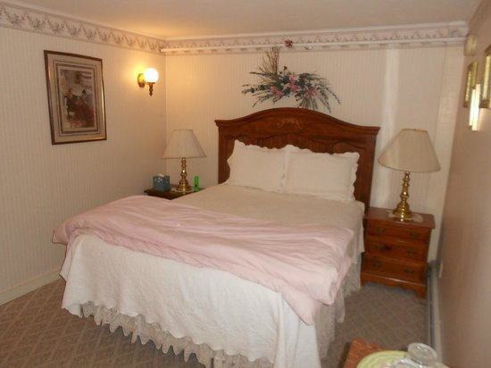 Eastman Inn: Room 4 a Cozy Queen room w/private bath