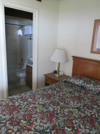Crescent Beach Motel: One bed nook and bath