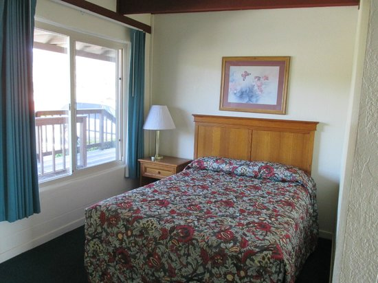Crescent Beach Motel : The front bed area