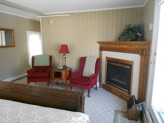 Eastman Inn : Room 11 Fireplace