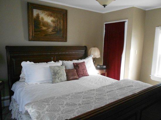Eastman Inn : Beautiful King Room 11 with dark Sleigh bed