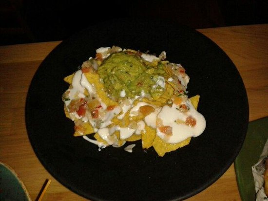 Hotel One Shot Luchana 22: Nachos con guacamole salsa mexicana y crema agria