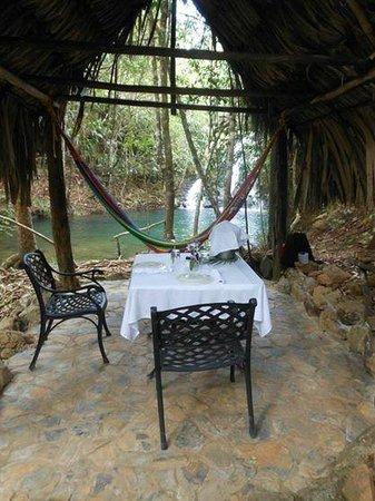 Hidden Valley Inn: Private waterfall