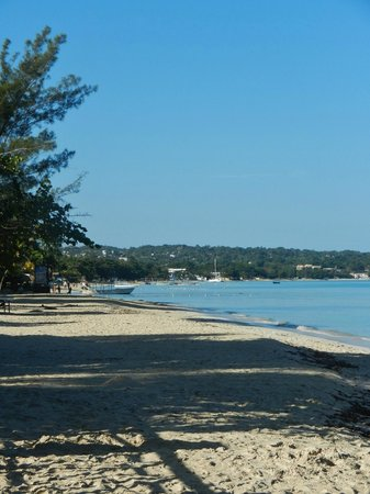 Rondel Village: the beach outside Rondel