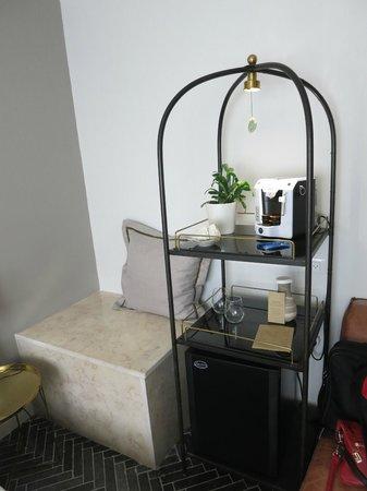 The Rothschild Hotel - Tel Aviv's Finest: Кофеварка и кувшин с питьевой водой