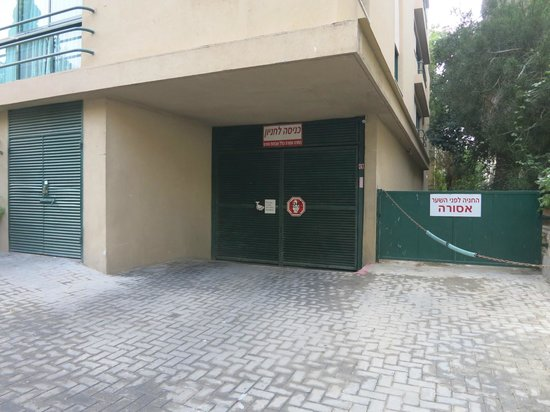 The Rothschild Hotel - Tel Aviv's Finest: Ворота подземного гаража в отеле-партнере