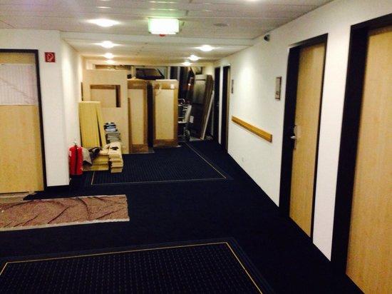 Mercure Hotel Stuttgart City Center: Baustelle Bild 1 - Lärm von 10:00-18:00 Uhr - ein ausweichen auf einen anderes Stockwerk nicht m