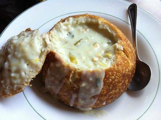Pompei's Grotto: Sopa no pão (Chowder Bowl)