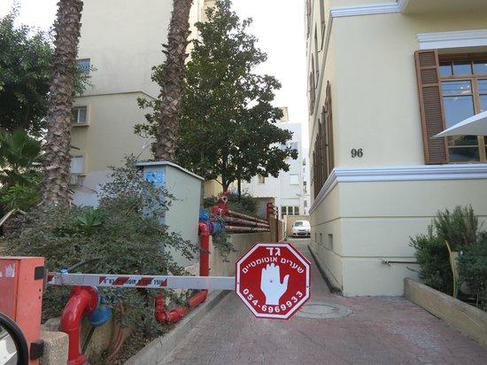 The Rothschild Hotel - Tel Aviv's Finest: Нам предлагали проехать здесь на парковку при отеле