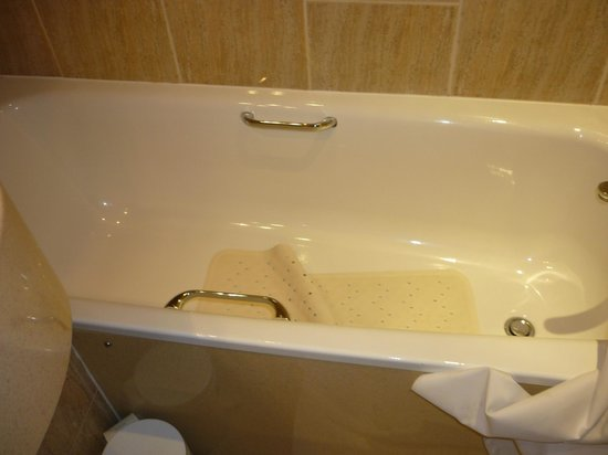 The Liner Hotel: The room has a real bath!
