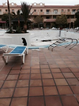 Elba Lucia Sport & Suite Hotel : pool closed refurb