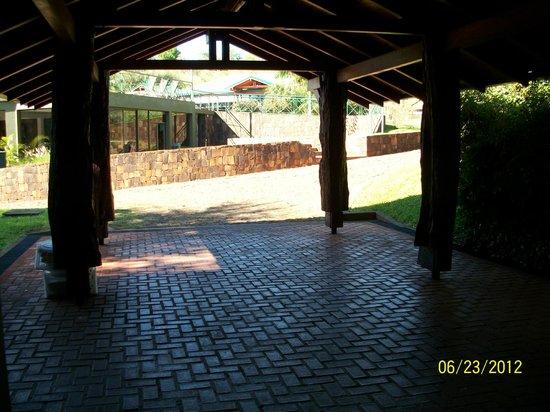 Iguazu Jungle Lodge : lugra para estacionar, ahi se ve la pendiente