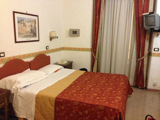 Hotel Giuliana : Room, double bed, wall safe, window to side street