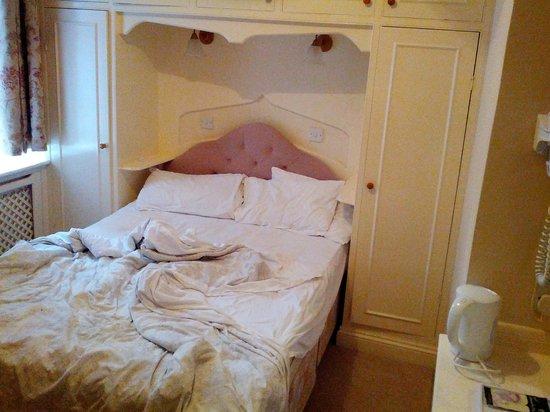 The Maranton House Hotel: il letto non è ordinato perchè ci appena avevamo dormito