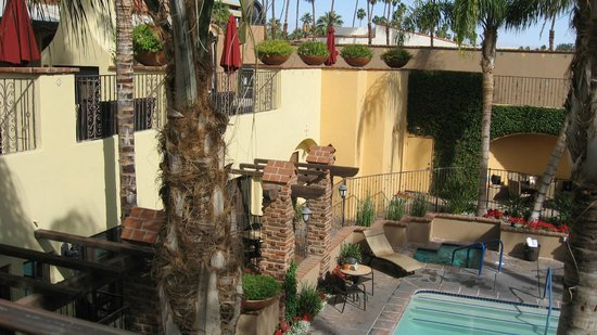 Andreas Hotel & Spa : View from our room door/room window toward the cozy upstairs lounging area with outdoor fire pla