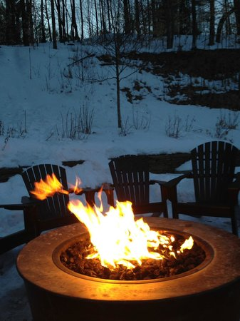 Green Mountain Inn: Bonfire outside of Mansfield House