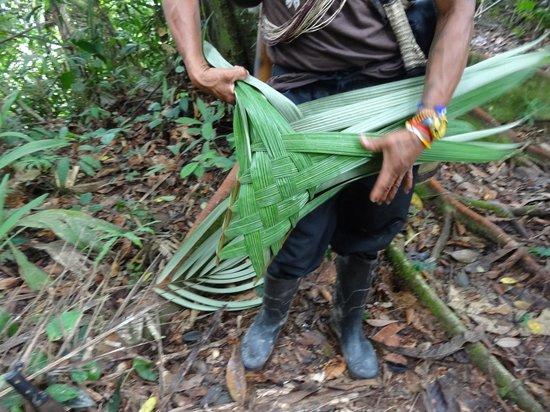 Huaorani Ecolodge: Ehme making a basket for me from a palm leaf