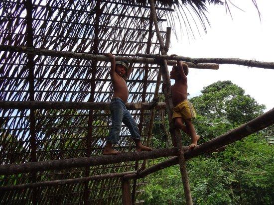 Huaorani Ecolodge: children at the Huaorani (Wao) community