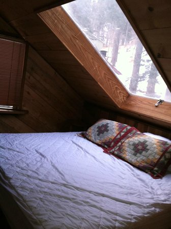 Mountain Air Cabins: Loft king bed