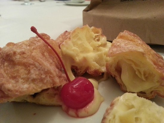 Agostino's Italian Ristorante: Zeppoli stuffed with custard