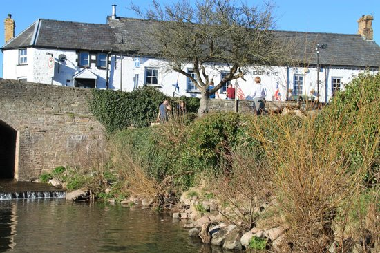 Restaurant at The Bridge End Inn: Beer garden looking back toward the actual pub