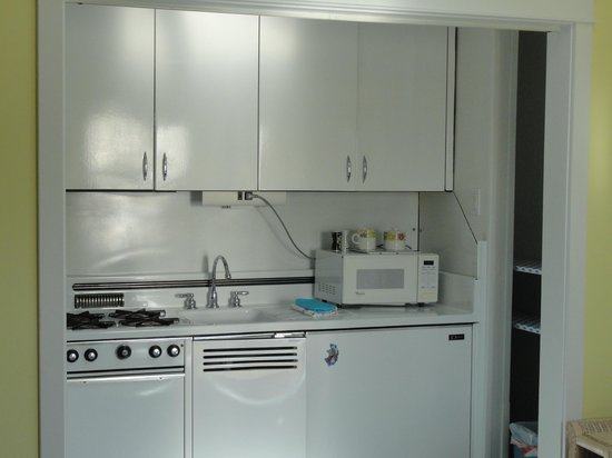 New Buffalo Inn & Spa: Snug Harbor Room Kitchen