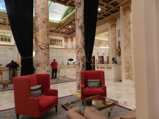 Fairmont Copley Plaza, Boston: hotel lobby/waiting area with cute red chairs