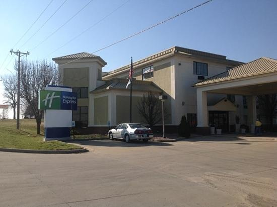 Holiday Inn Express Washington, Indiana: Front of hotel