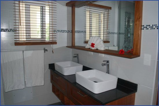 Bahia Residence Cabarete: Large double vanity bathroom in our 75m2 Penthouse
