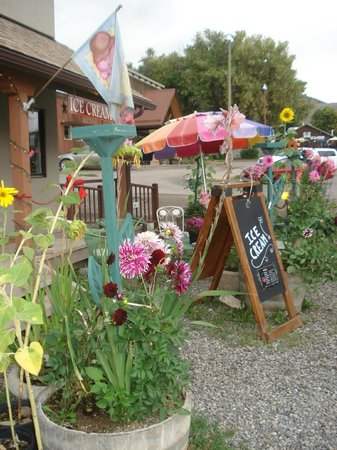 Cafe Ridgway A La Mode: Ice Cream is better with dahlias!