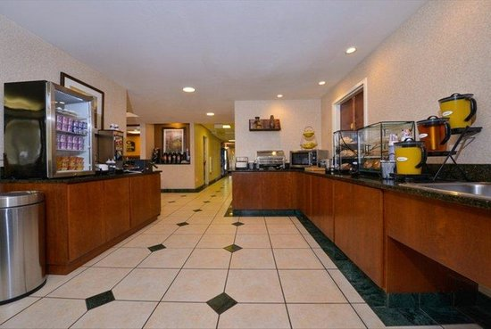 Best Western Plus Louisville Inn & Suites: Muffins, Danish, Bagels, Toast, Juice