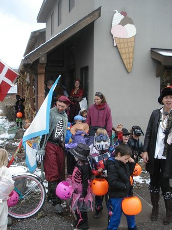 Cafe Ridgway A La Mode: Ice Cream -- fuel to keep one going while trick or treating!