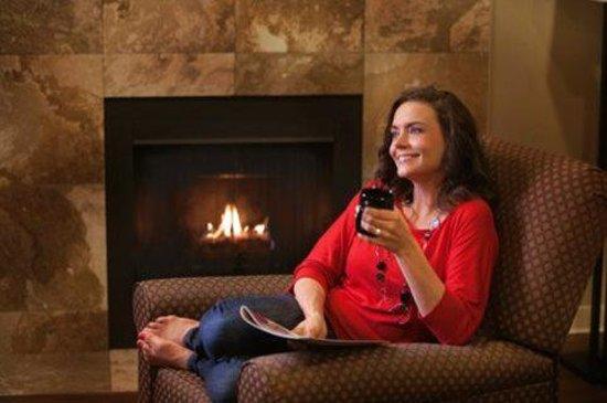 Hotel At WaterWalk : Fireplace
