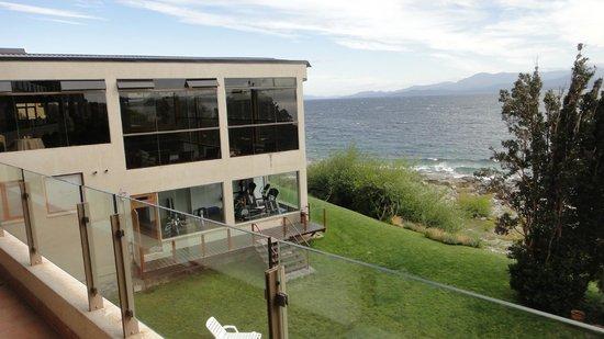 Alma del Lago Suites & Spa: Vista desde la Junior Suites al lago y la pileta