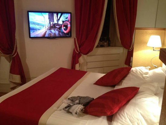 St Peter Guest House: Double bed & TV
