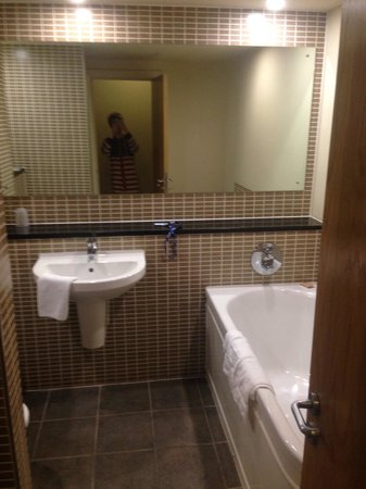Mercure Sheffield Parkway : Room 303 bathroom